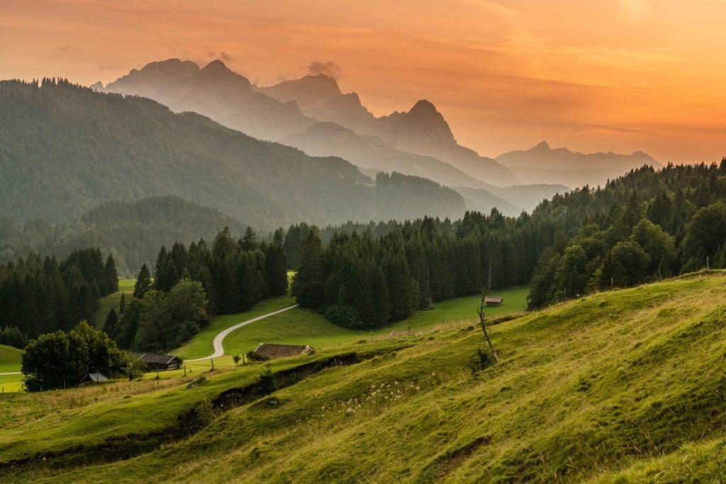 Blühende Farben Gipfelpanorama mit Blick auf die Zugspitze