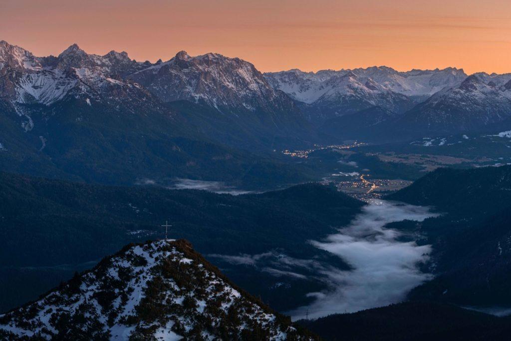 Herrlicher Gipfel mit Nebel im Tal zur Zeit des Sonnenunterganges