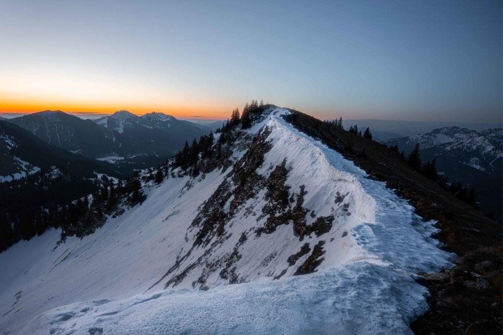 Sonnenaufgang an einem schneebecken Grat
