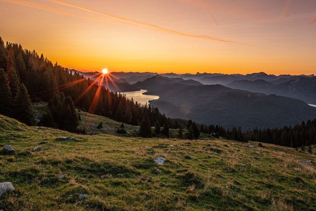 Sonnenaufgang an einem Bergsee in Bayern