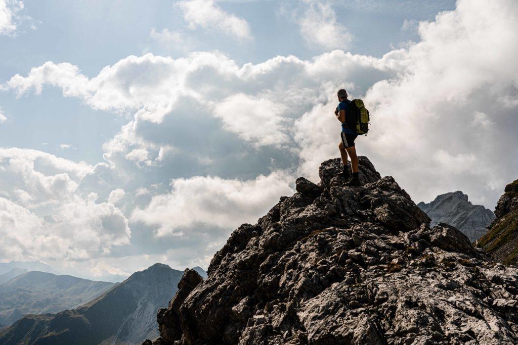 Ein Wanderer erblickt die Weiten der Alpen
