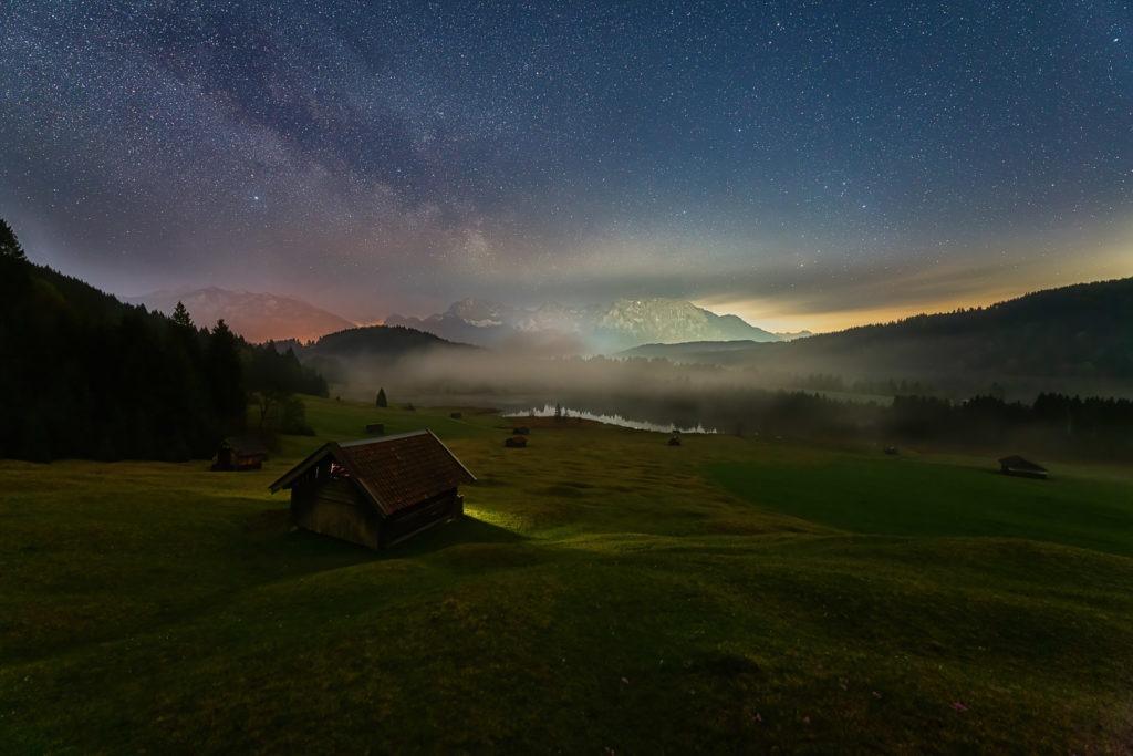 Ein mystischer Ort in den Alpen mit der Milchstraße