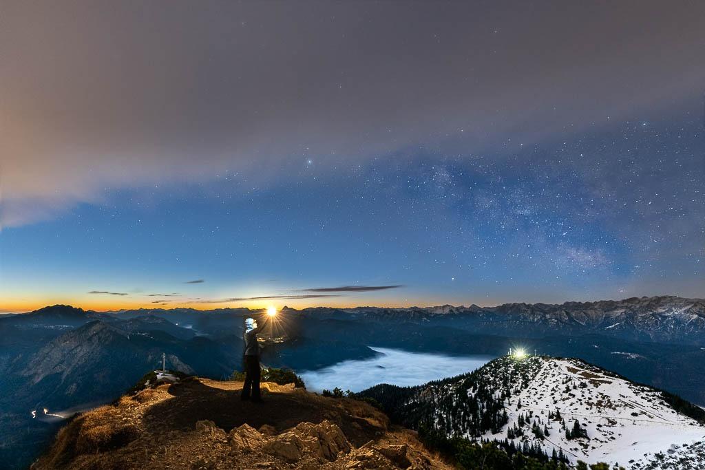 Ein kleines Licht unter der gigantischen Winter Milchstraße